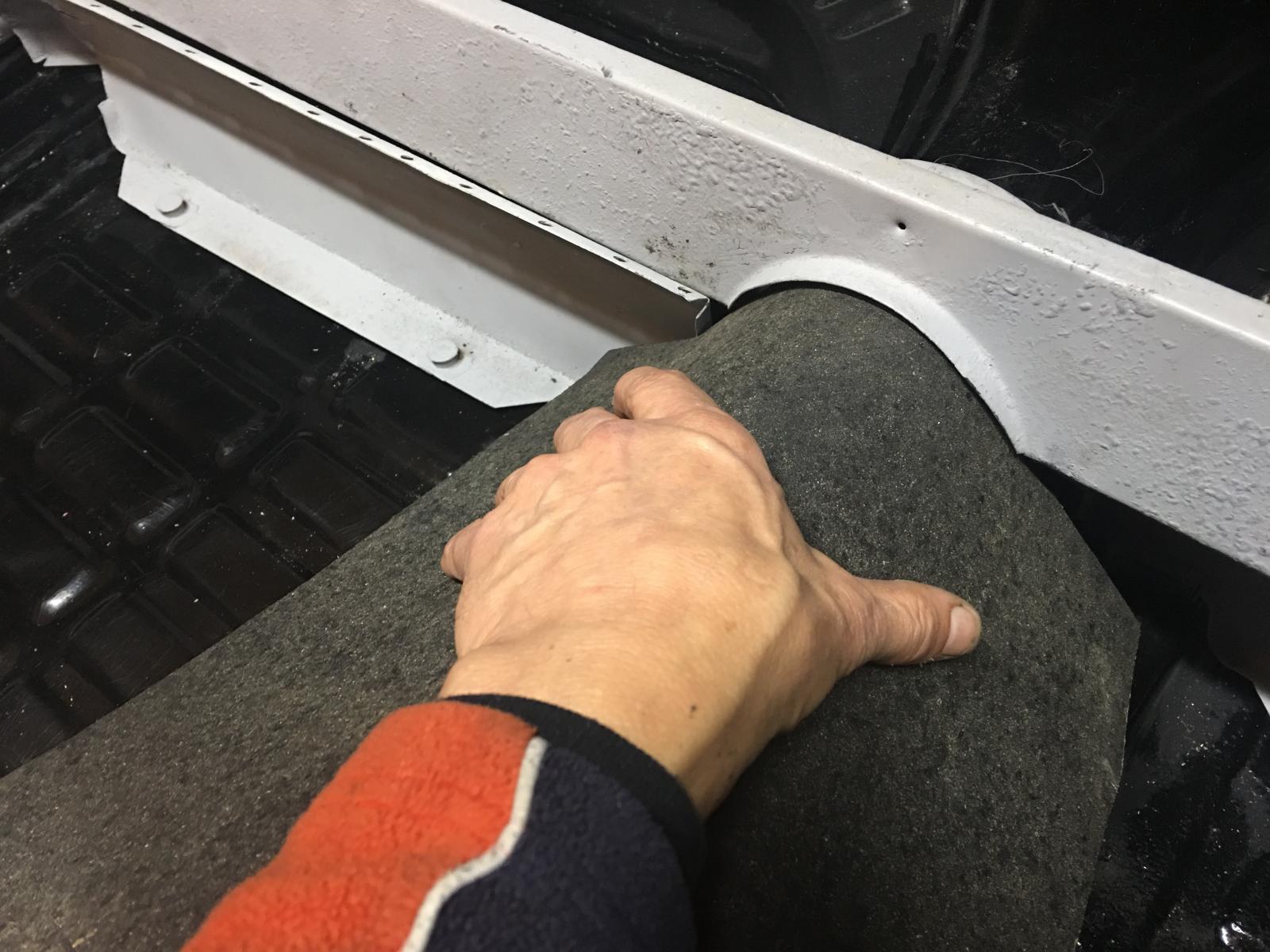 caoutchouc gris sous le tableau de bord (parois verticales)  1837350