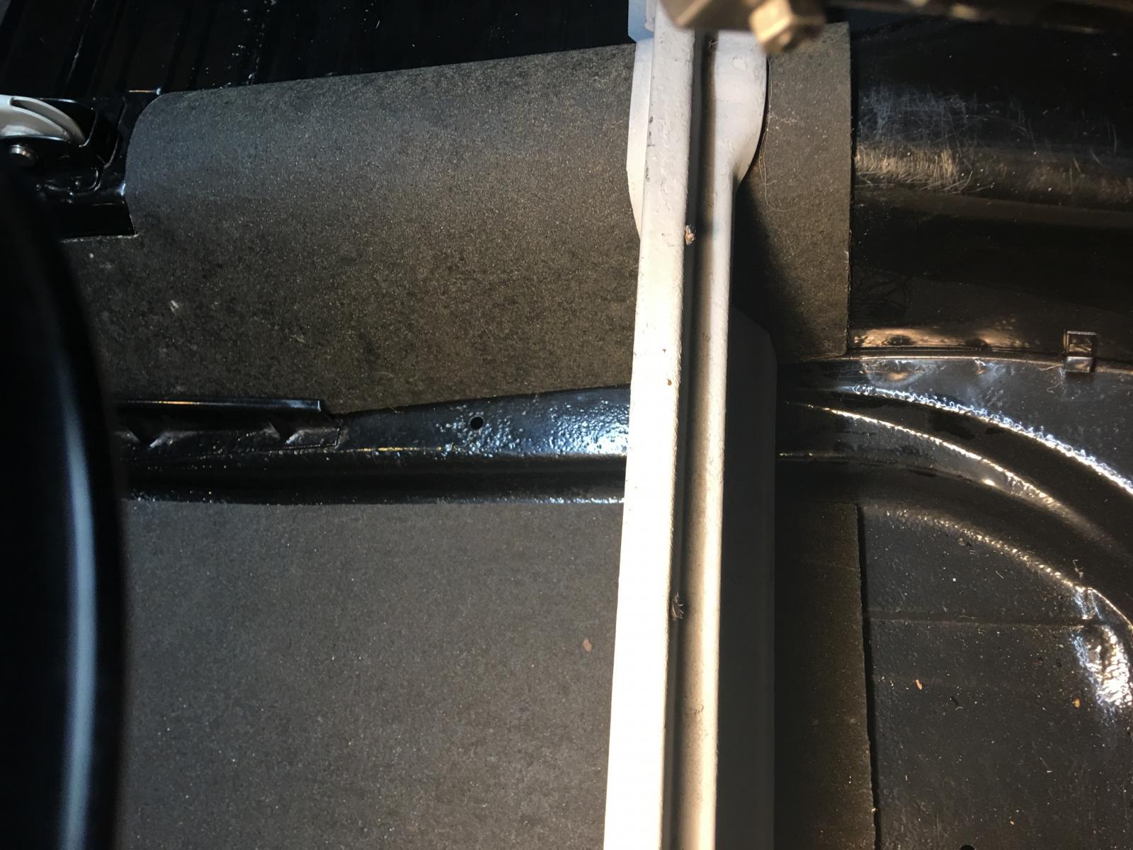 caoutchouc gris sous le tableau de bord (parois verticales)  1837358