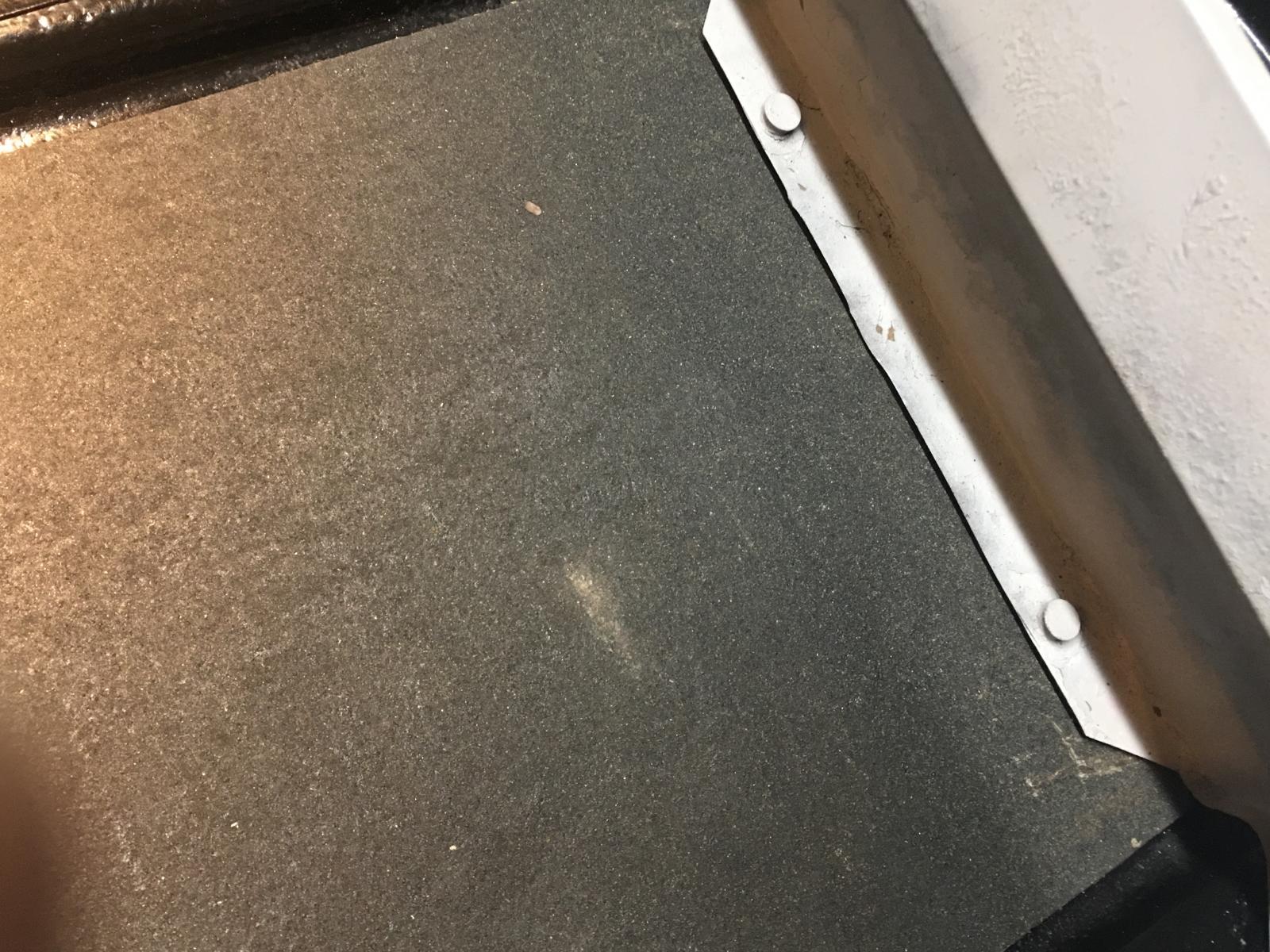 caoutchouc gris sous le tableau de bord (parois verticales)  1837360