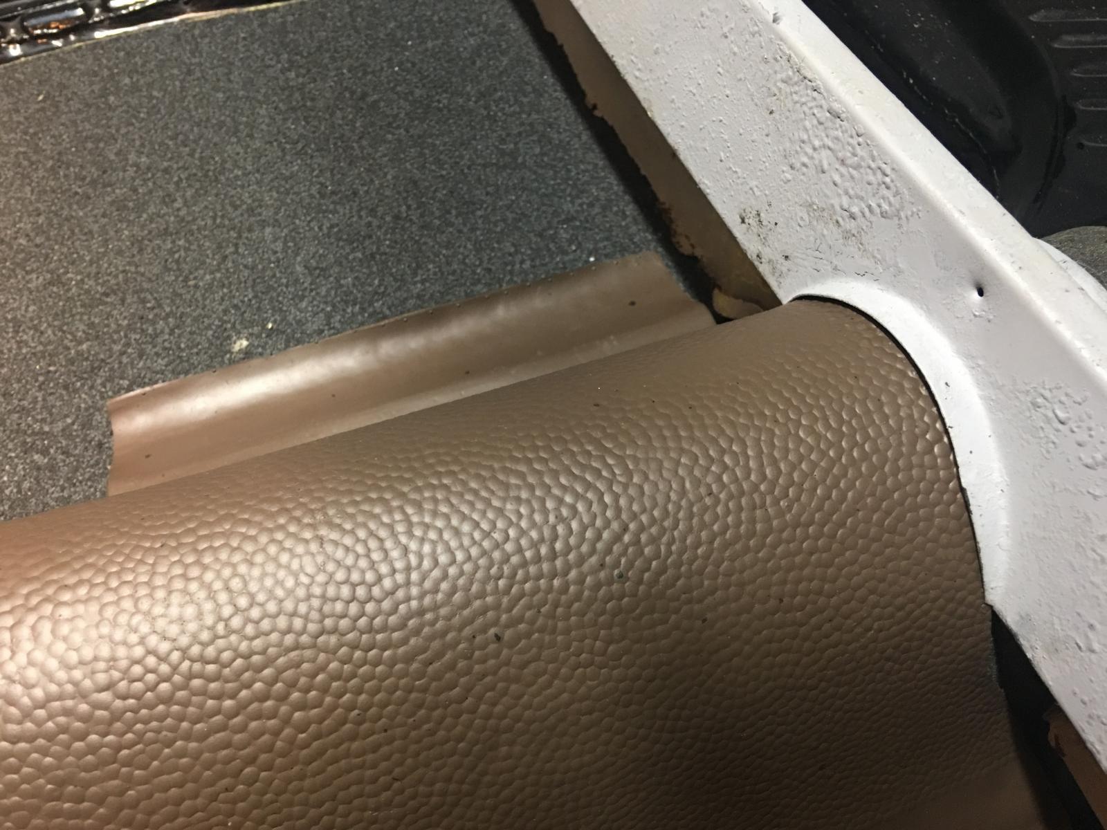caoutchouc gris sous le tableau de bord (parois verticales)  1837440