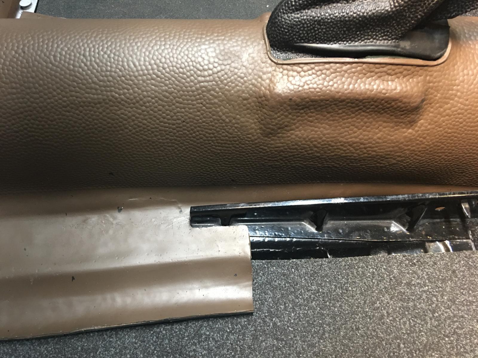 caoutchouc gris sous le tableau de bord (parois verticales)  1837451