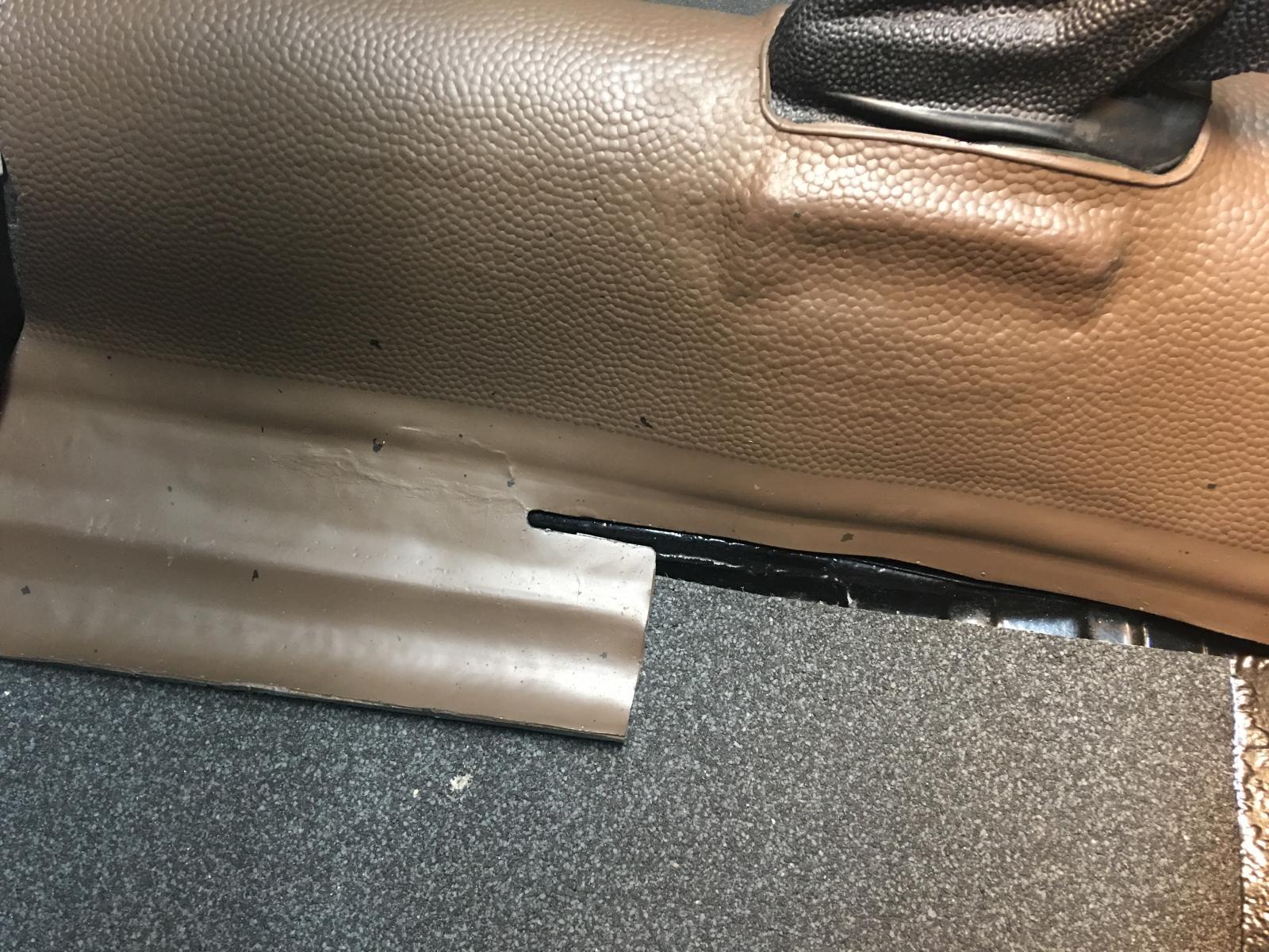 caoutchouc gris sous le tableau de bord (parois verticales)  1837452