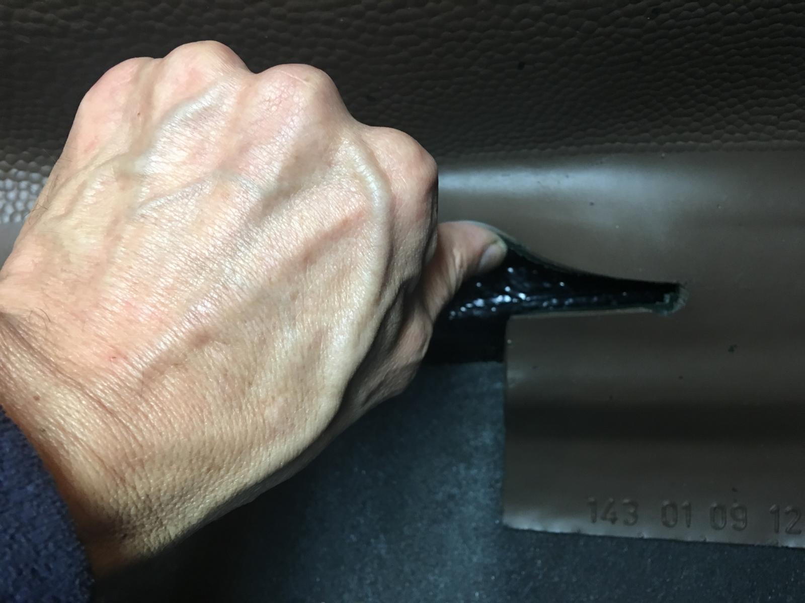 caoutchouc gris sous le tableau de bord (parois verticales)  1837454