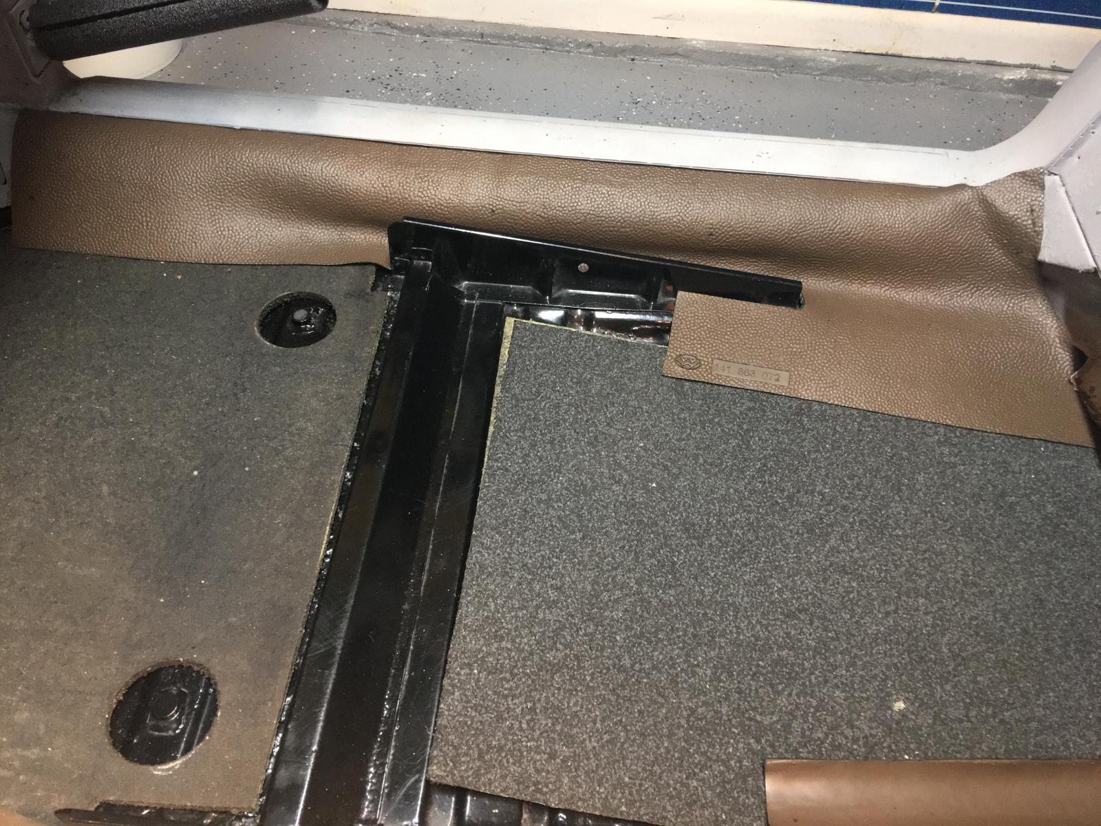 caoutchouc gris sous le tableau de bord (parois verticales)  1837456