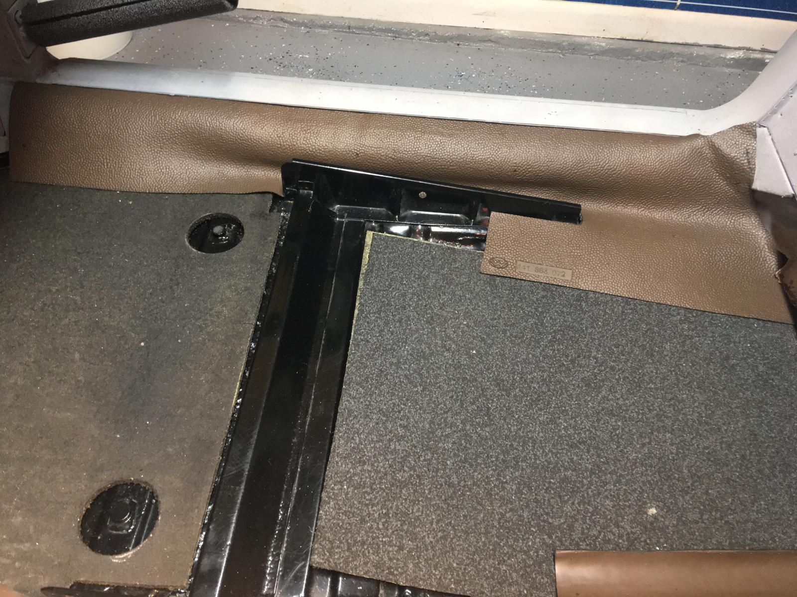 caoutchouc gris sous le tableau de bord (parois verticales)  1837457