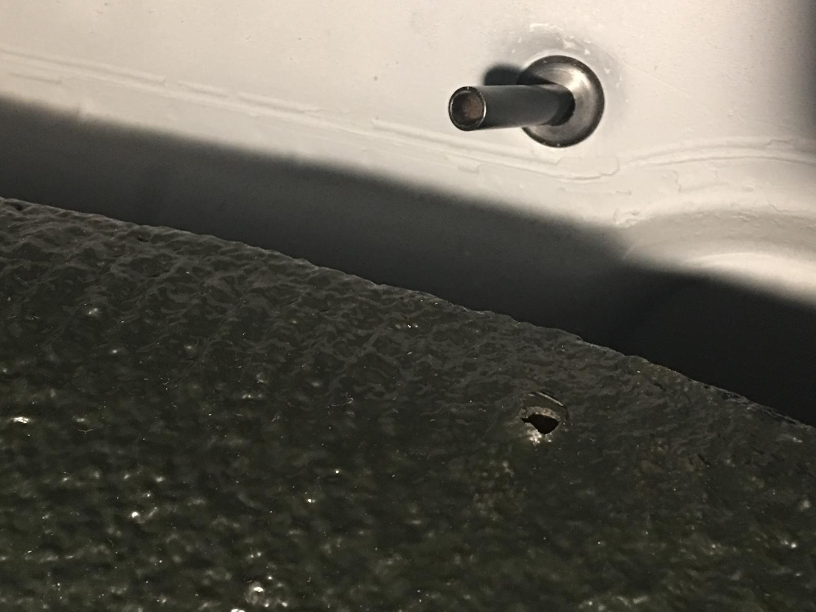 caoutchouc gris sous le tableau de bord (parois verticales)  1837477
