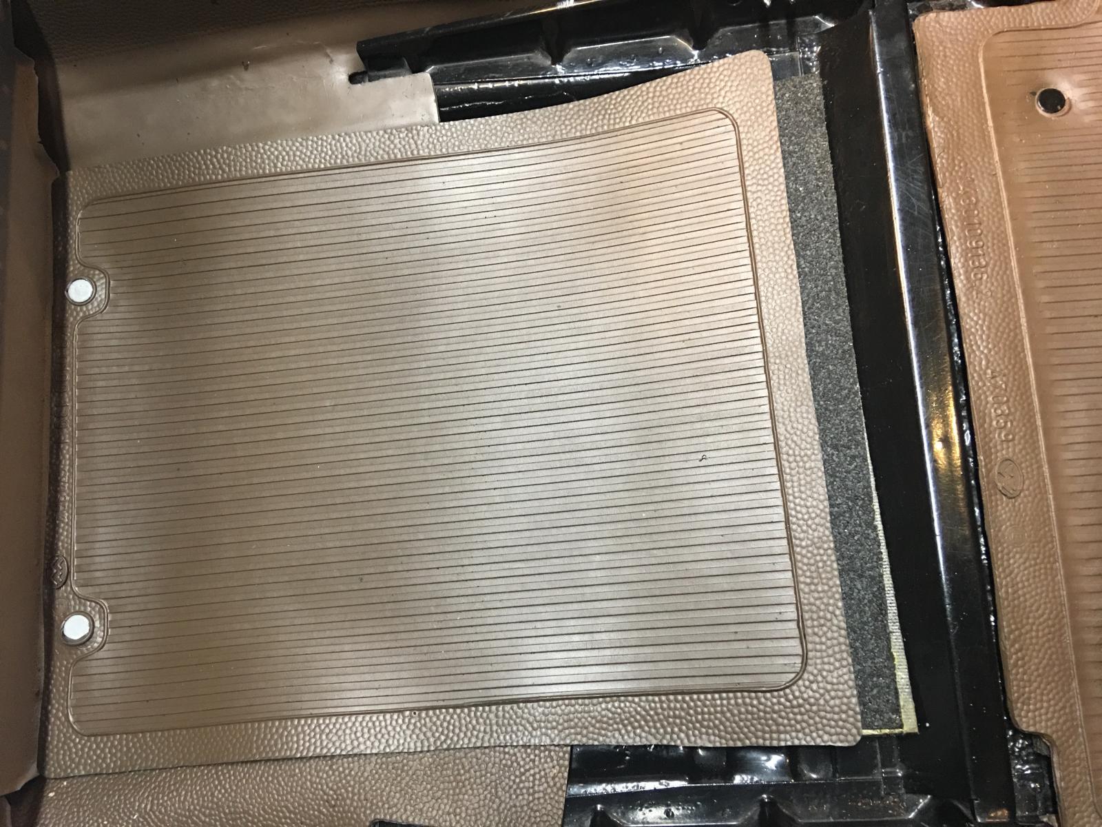 caoutchouc gris sous le tableau de bord (parois verticales)  1837500