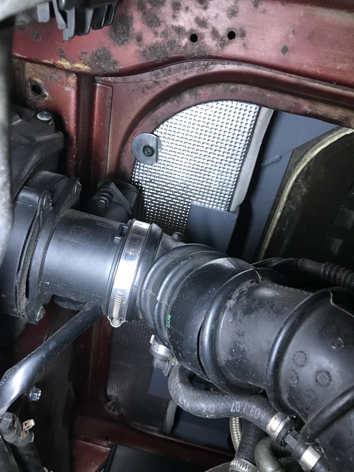 Raised engine lid
