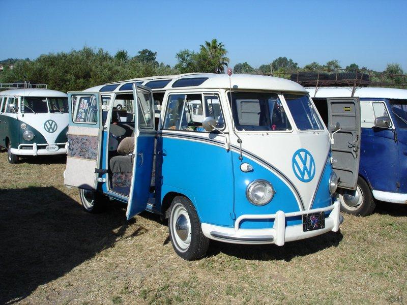Blue/White 21-Window Deluxe Bus
